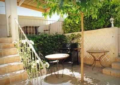 Table extérieure ombragée avec le barbecue