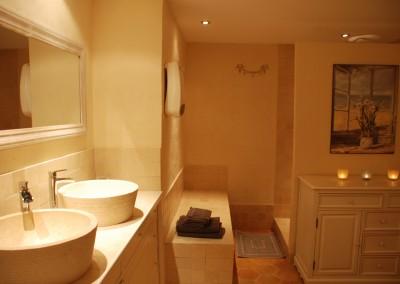 La salle de bain spacieuse  et confortable pour le plaisir de passer un moment pour soi