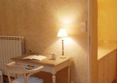Le petit bureau pour écrire des cartes postales depuis la Drôme provençale