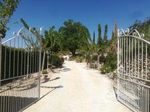 portail d'entrée du gîtes du Mas aux Trois Fontaines