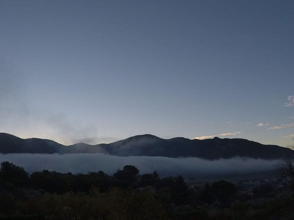 la brume matinale au dessus de la vallée