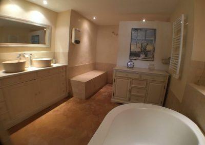 la grande salle de bain et douche
